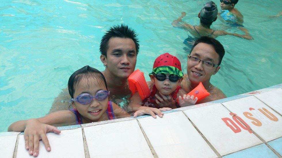 Bơi với trẻ em
