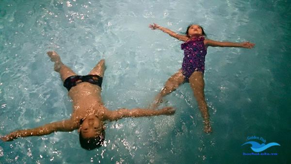 chú ý an toàn khi trẻ học bơi