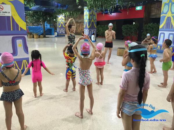 lớp học bơi trẻ em vui vẻ và hào hứng