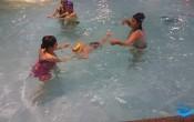 khi nào trẻ có thể học bơi