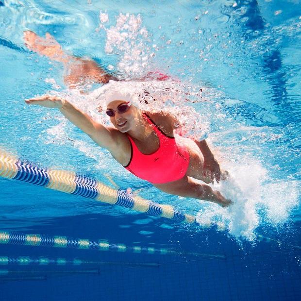 Khởi động trước khi bơi giúp phòng tránh được tai nạn dưới nước
